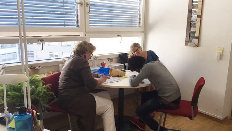 Zwei Beraterinnen kümmern sich um die Fragen von Flüchtlingen und Migranten. Diese begleiten sie auch bei den Behördengängen.