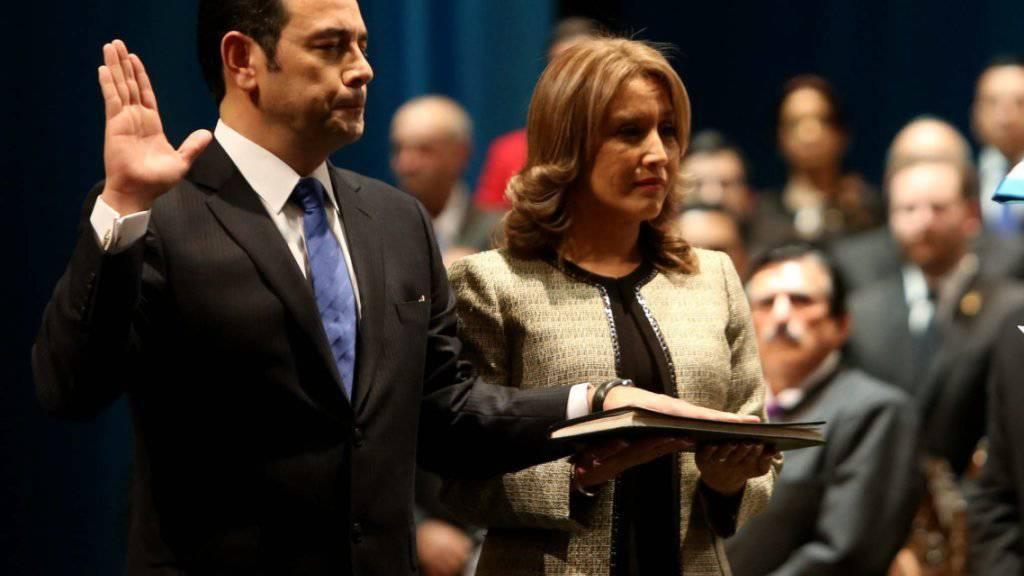 Vom Komiker zum Präsidenten Guatemalas: Jimmy Morales gibt im Beisein seiner Ehefrau den Amtseid ab.