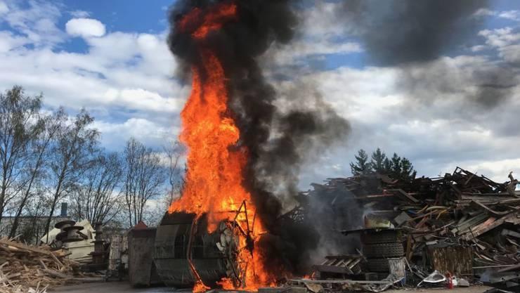 Auf einem Industrieplatz in Neunkirch SH hat eine Schlammfilteranlage gebrannt. Die 20 ausgerückten Feuerwehrleute hatten den Brand rasch unter Kontrolle.