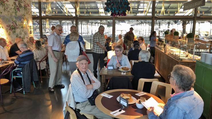 Kaffee-Gipfeli im vegetarian Restaurant Tibits mit Aussicht auf das lebhafte Treiben im Bahhof Luzern