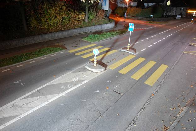 Auf diesem Fussgängerstreifen über die Hendschikerstrasse in Lenzburg wurde eine 19-jährige Frau angefahren. Sie starb später im Spital an ihren Verletzung.