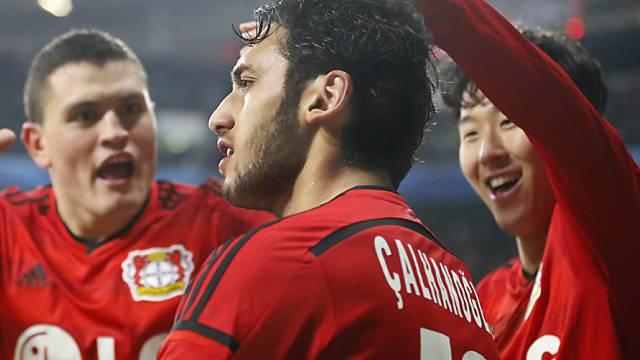 Leverkusens Torschütze Hakan Calhanoglu (m.) lässt sich feiern