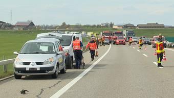 Am Mittwochmittag kam es auf der A1 zwischen Uzwil und Gossau zu einem folgenschweren Unfall. Bei einem Panneneinsatz wurden ein 50-jähriger Kleinbusfahrer und ein 24-jähriger Pannenhelfer von einem Dritten angefahren und teilweise schwer verletzt. Der Pannenhelfer ist laut Kantonspolizei St. Gallen am frühen Abend seinen schweren Verletzungen erlegen.