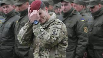Ein US-Soldat vor Mitgliedern der ukrainischen Nationalgarde