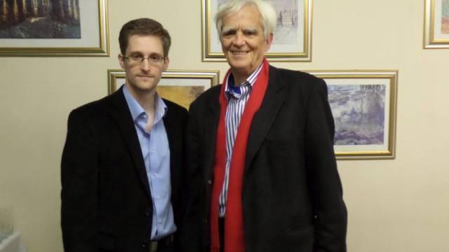 Ströbele (rechts) mit Edward Snowden am Donnerstag in Russland