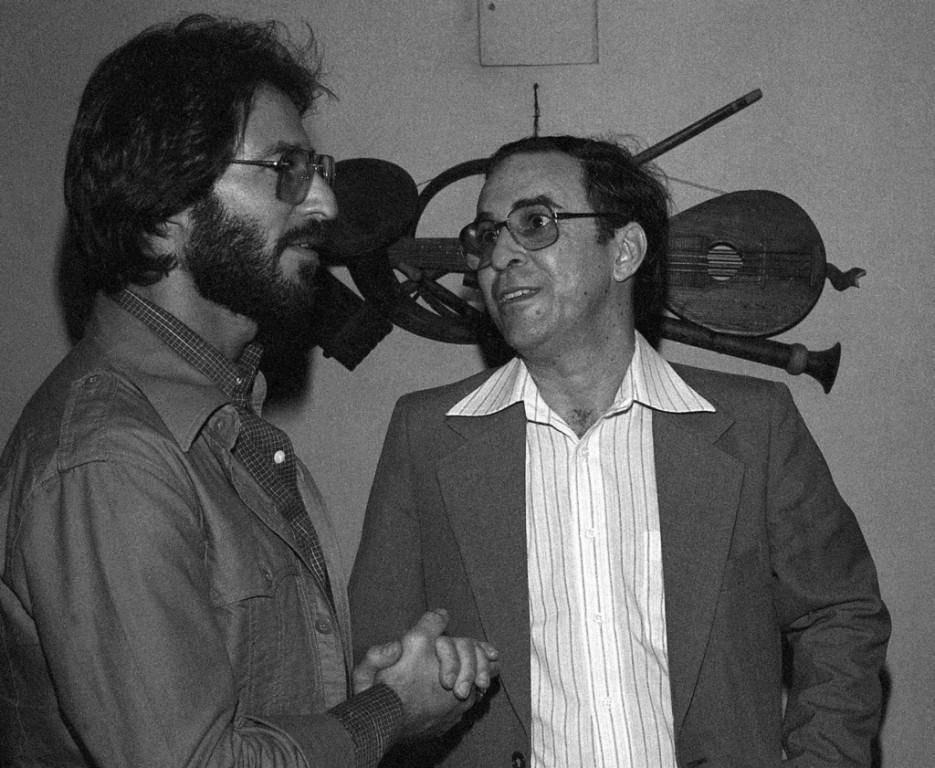 Gilberto (rechts) unterhält sich Backstage mit einem Fan. (1978) (© Keystone)