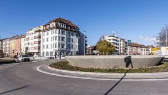 Hier, beim «Suppenschüssel»-Kreisel, würde das Bachgraben-Tram abbiegen: In Richtung Stadt von der Hegenheimerstrasse (links) herkommend in Fahrtrichtung links in den Luzernerring, und dann hinunter bis zum Bahnhof St. Johann.