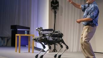 Boston Dynamics-Chef Marc Raibert mit dem vierbeinigen Roboter, der bald auf den Markt kommen soll (Archivbild)