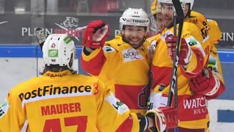 Biels Marco Maurer, Jacob Micflikier und Toni Rajala feieren gegen Lugano das 2:1
