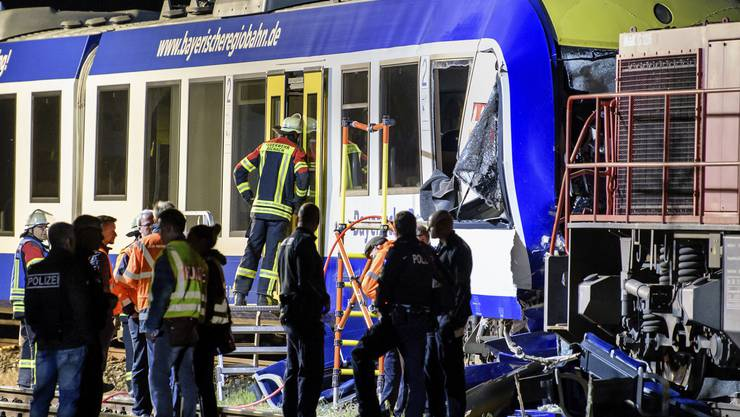 Den Polizeiangaben zufolge war der Personenzug der Bayerischen Regiobahn mit knapp 20 Menschen an Bord auf dem Weg von Augsburg wenige Hundert Meter vom Bahnhof in Aichach entfernt frontal auf den stehenden Güterzug zugefahren.