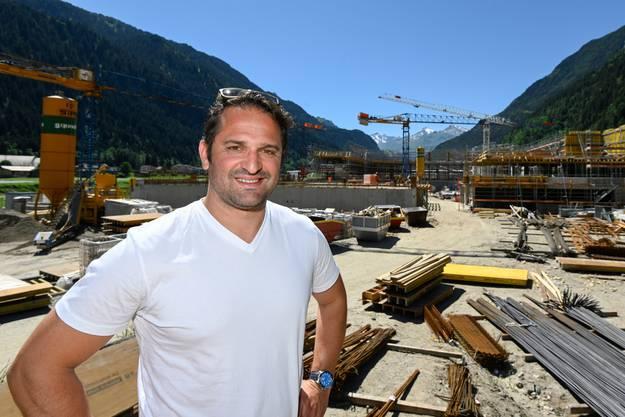Ambri-Sportchef Paolo Duca bei der Baustelle des neuen Stadions.