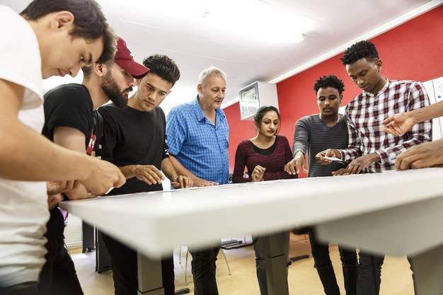 Regiomech. Besuch im Unterricht, wo Flüchtlinge sich für die Lehrstellensuche vorbereiten. Kursleiter Oliver Brander unterstützt
