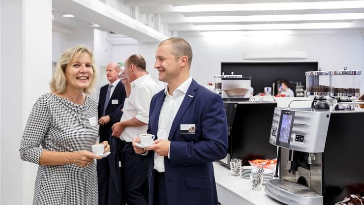 Volkswirtschaftsdirektorin Brigit Wyss gratuliert CEO Jörg Schwartze zum erfolgreichen 125-jährigen Bestehen der Schaerer AG in Zuchwil.