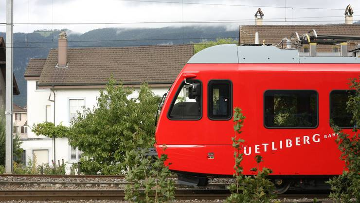 Die Uetlibergbahn vor dem nebligen Weissenstein-Panorama: Ob sich hier jemand verfahren hat?
