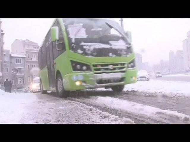 Schneechaos in Istanbul: Pendler müssen zu Fuss zur Arbeit.