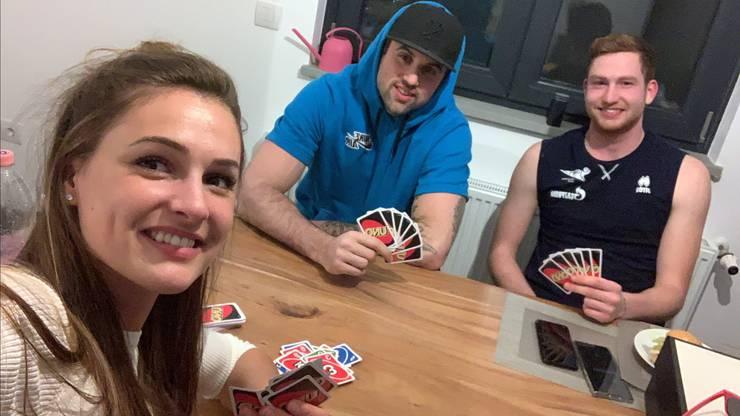 Dora Grozer mit ihrern Brüdern beim Uno-Spielen in der Quarantäne-WG.