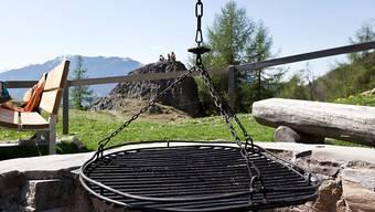Dem Bräteln auf der Herbstwanderung steht in den meisten Kantonen nichts mehr im Weg: Das erlassene Feuerverbot wegen Waldbrandgefahr wurde breitflächig wieder aufgehoben. (Symbolbild)