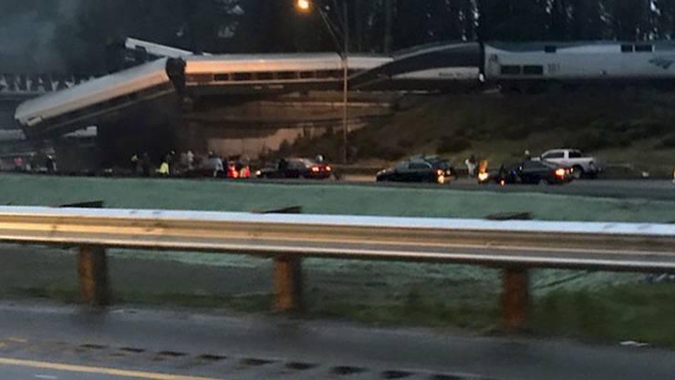 Am frühen Montagmorgen entgleiste ein Zug im Bundesstaat Washington...