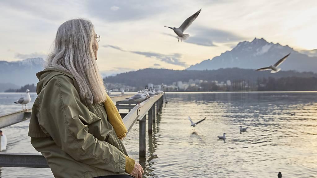 Der Ständerat nimmt am Montag die Debatte der AHV-Reform in Angriff. Die Erhöhung des Rentenalters für Frauen auf 65 Jahren ist umstritten. (Themenbild)
