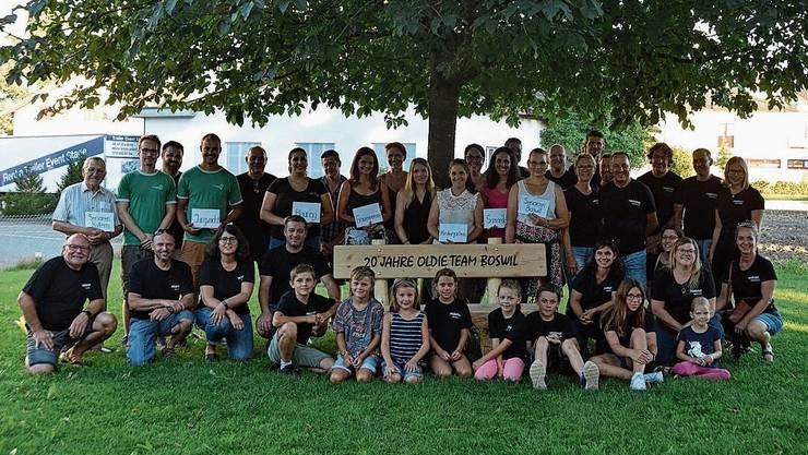 Vor 20 Jahren schenkte das Oldieteam dem Kindergarten einen Baum. In diesem Jahr kam eine neue Holzbank dazu, und auch die Dorfvereine Boswil profitierten von den Spenden der Oldies.