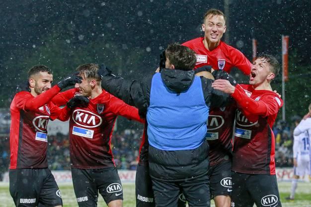 Das Team aus Aarau feiert das 3:0 durch Marco Schneuwly.