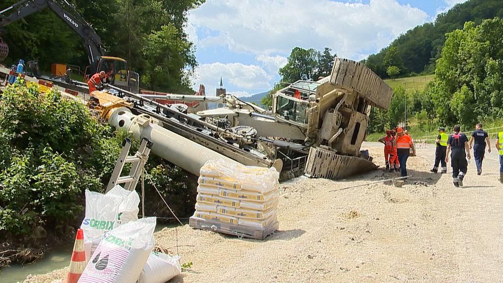 100 Tonnen schwerer Bagger über Fluss gekippt