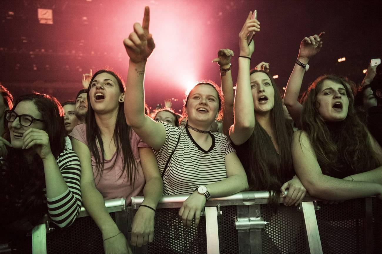 Fans beim Ed Sheeran Konzert im Zürcher Hallenstadion (© Keystone)