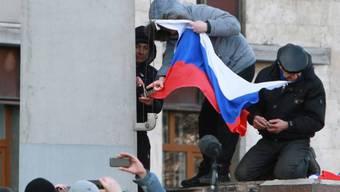 Russische Flagge wird auf einem Regierungsgebäude in Donezk gehisst