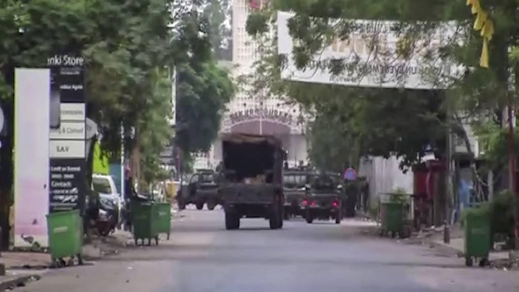 Das Videostandbild zeigt ein Militärfahrzeug in der Nähe des Präsidentenpalastes. Nach einem mutmasslichen Putschversuch ist die Lage in Guinea unklar. International wird immer mehr Kritik an dem Putschversuch in dem westafrikanischen Land geäussert.