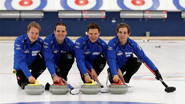 Das Schweizer Curling Olympiateam: (v.r): Sven Michel, Claudio Paetz, Sandro Trolliet und Simon Gempeler. (KEYSTONE/Peter Klaunzer)