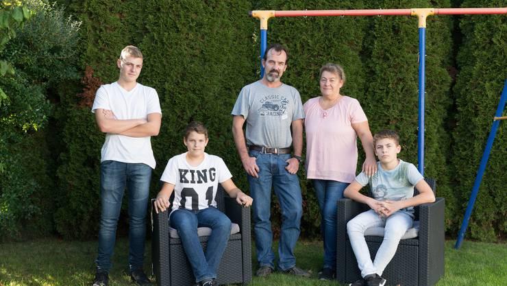 Das Ehepaar Burger mit seinen drei Söhnen.