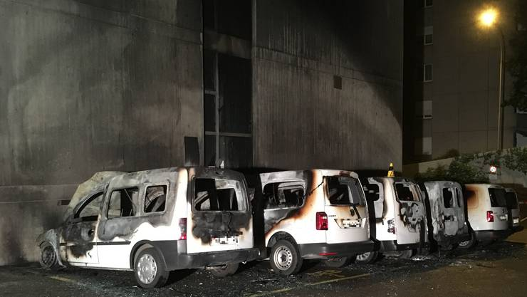 Beim Eintreffen der Rettungskräfte standen sieben Personenwagen in Brand.