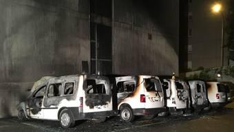 Mehrere Fahrzeuge in Brand gesetzt