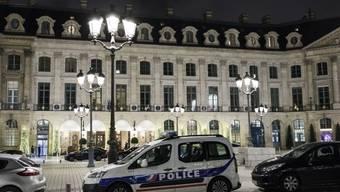 Polizeiauto vor dem Luxushotel Ritz am Vendôme-Platz in Paris nach dem Überfall.