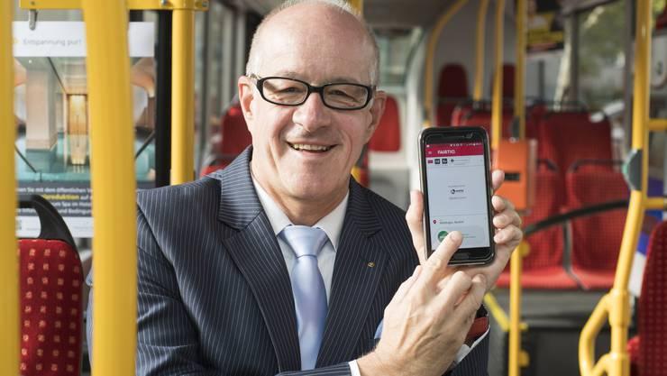 Stefan Kalt, Direktor der Regionalen Verkehrsbetriebe Baden-Wettingen (RVBW), mit der fairtiq-App.