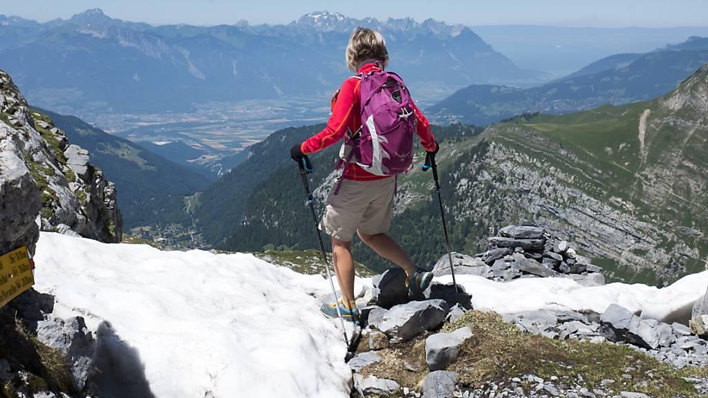 Eine Wanderin unweit der Berghütte Plan Névé in den Waadtländer Alpen. (Archivbild)