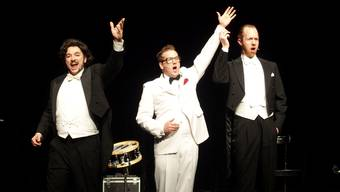 Trieben Faxen und überzeugten durch ihre Stimmgewalt - Leo Wundergut (Mitte) und die Jetset Singers an der Silvestervorstellung im Kurtheater. ubu