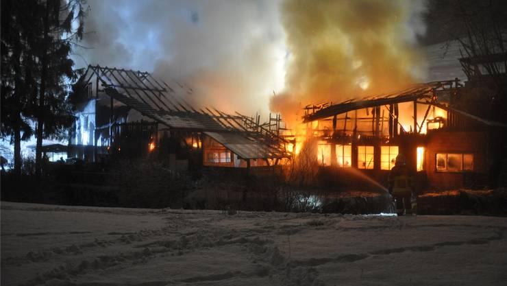 Das Feuer griff rasch auf das angrenzende Wohnhaus und weitere Ökonomiegebäude über. (Archiv)