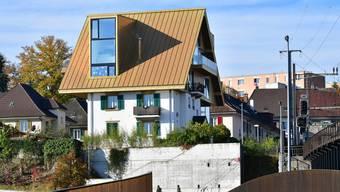 Die Liegenschaft mit dem Goldenen Dach liegt an der Bahnlinie Olten–Oensingen–Solothurn.