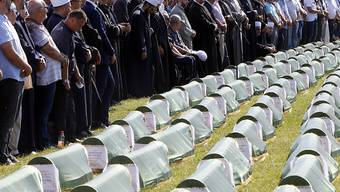 27 Jahren nach einem Massaker im Bosnien-Krieg sind am Samstag die sterblichen Überreste von 86 Opfern feierlich beigesetzt worden. Hunderte Menschen nahmen an der Gedenkfeier in Prijedor teil. Es handelte sich um von serbischen Truppen ermordete bosnisch-muslimische Gefangene.
