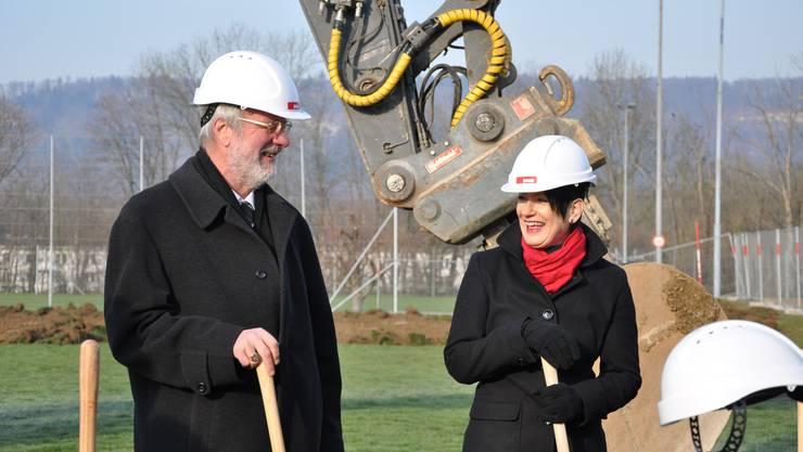 Gemeindeammann Rolf Senn mit Gemeinderätin Renate Meier beim Spatenstich