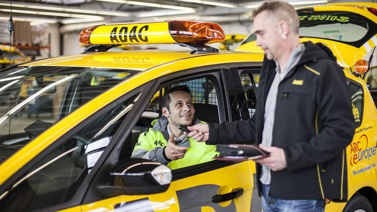 Der Autobobilclub ADAC wird in Deutschland buchstabiert, wenn man die Abkürzung ausspricht.