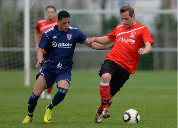 Gerlafingens Sportchef Rolf Kirchhofer ist vor Wackers Alexandro Pereira dos Santos am Ball.