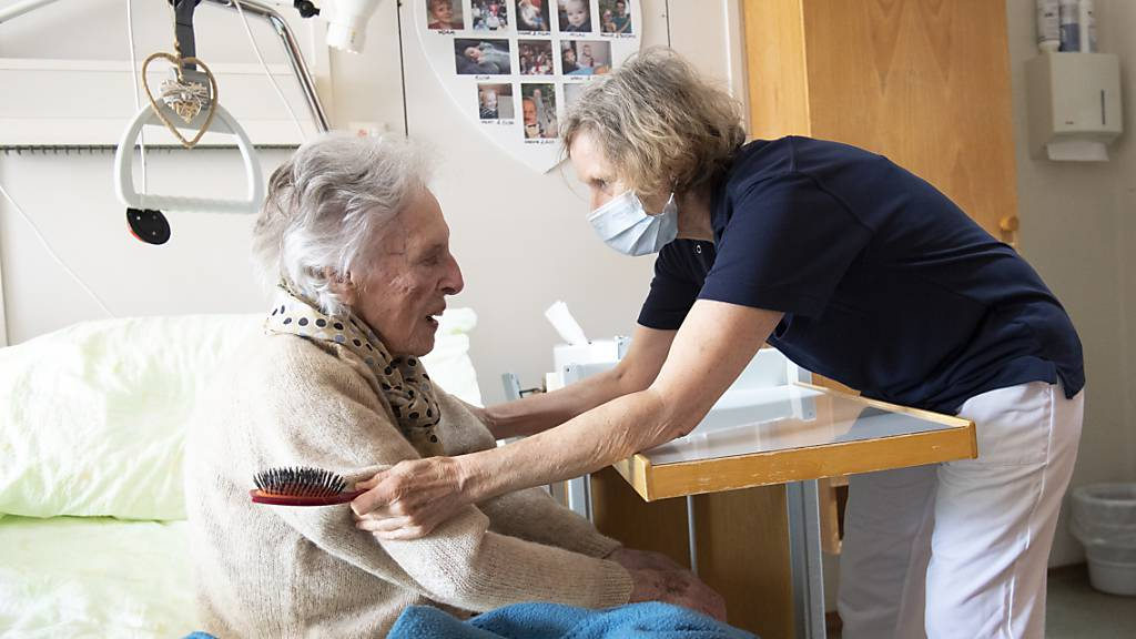 In zwei Schwyzer Altersheimen ist das Coronavirus festgestellt worden. (Symbolaufnahme)