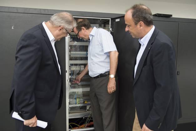 Inbetriebnahme Solaranlage Fohrhölzli EWW mit EWW Chef Peter WIederkehr, mitte, Markus DIeth, Gemeindeamman, rechts, und Roland Kuster, Gemeinderat