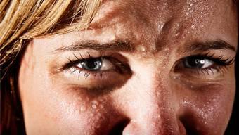 Die Angst kann die Erkrankten überall anfallen. Belastend empfinden sie auch die Angst vor der Angst.