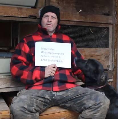 Daniel Quenet mit einem seiner Hunde im Hasenstall auf dem Schemelhof.