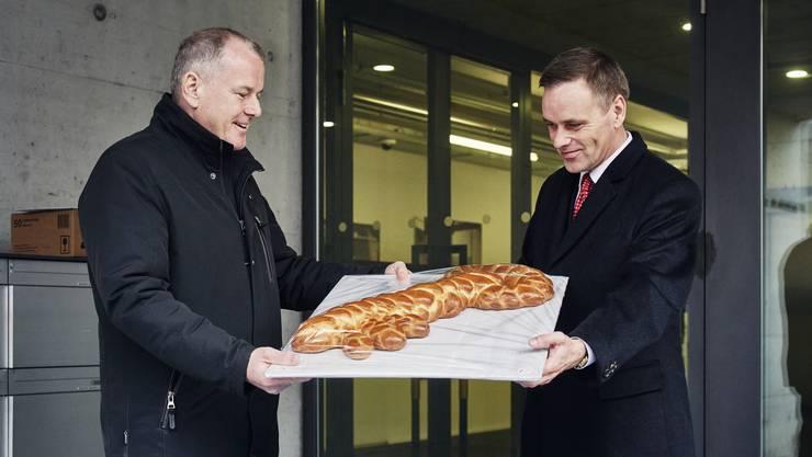 Neo-Regierungsrat Jean-Pierre Gallati erhält von seinem Amtskollegen Stephan Attiger ein «Zopf-Schlüssel». Attiger führte das Gesundheitsdepartement vorübergehend.