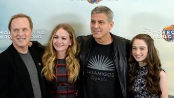 """Die Filmcrew von """"Tomorrowland: A World Beyond"""", mit Regisseur Brad Bird und den Schauspielern Britt Robertson, George Clooney und Raffey Cassidy (v.l.n.r.)"""