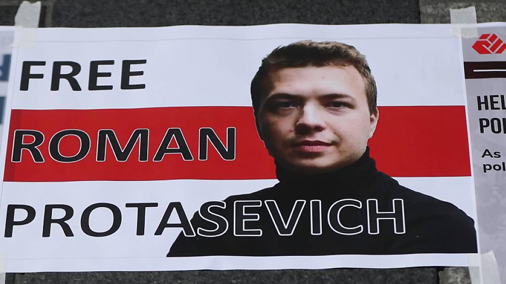 Ein Schild mit einem Porträt des verhafteten belarussischen Journalisten Protassewitsch und der Aufschrift «Free Roman Protasevich» («Befreit Roman Protassewitsch») ist bei einem Protest von Mitgliedern der belarussischen Gemeinde in Irland vor dem General Post Office auf den Boden geklebt. Foto: Niall Carson/PA Wire/dpa